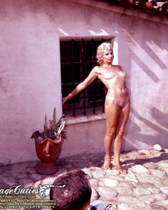 Старая блондиночка из винтажа ходила голенькой по улице