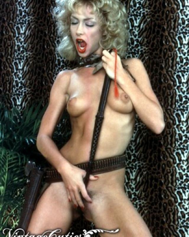 Блондинка играет с волосатой киской
