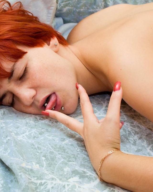 Вера ласкает себя после эротического сна
