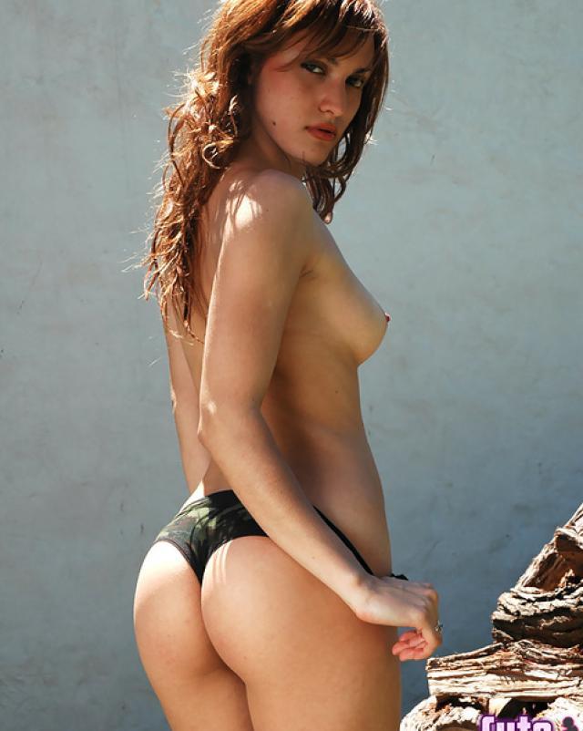 Девушка в военной форме устроила стриптиз