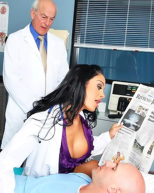 Силиконовая красотка соблазняет пациента