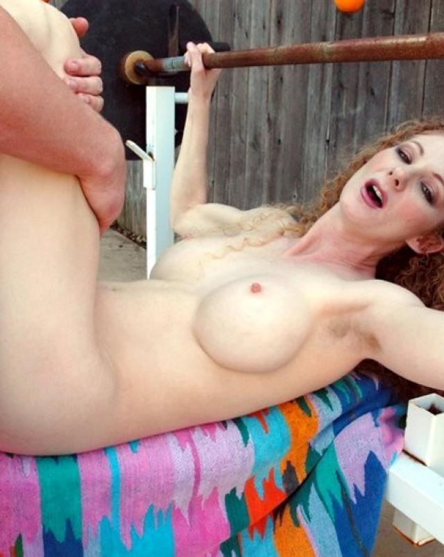 Голая кудрявая девушка с торчащими сосками прыгает на члене