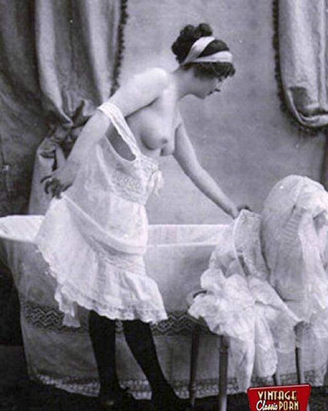 Красивые винтажные миледи снимают скромные платья