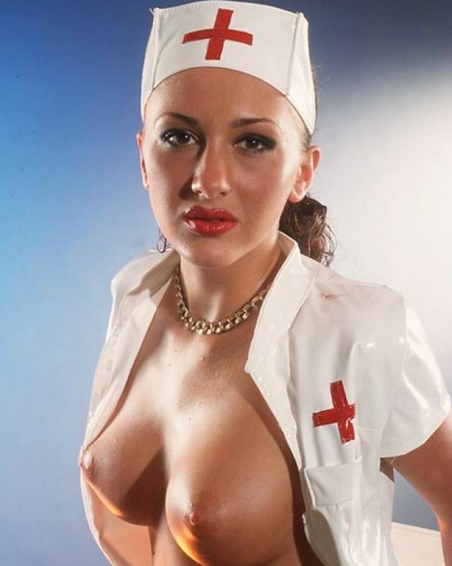 Грудастая девушка играет в медсестру