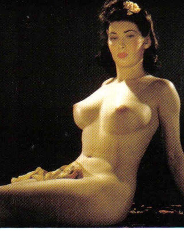 Красавицы обнажают настоящие груди в винтажной эротической подборке