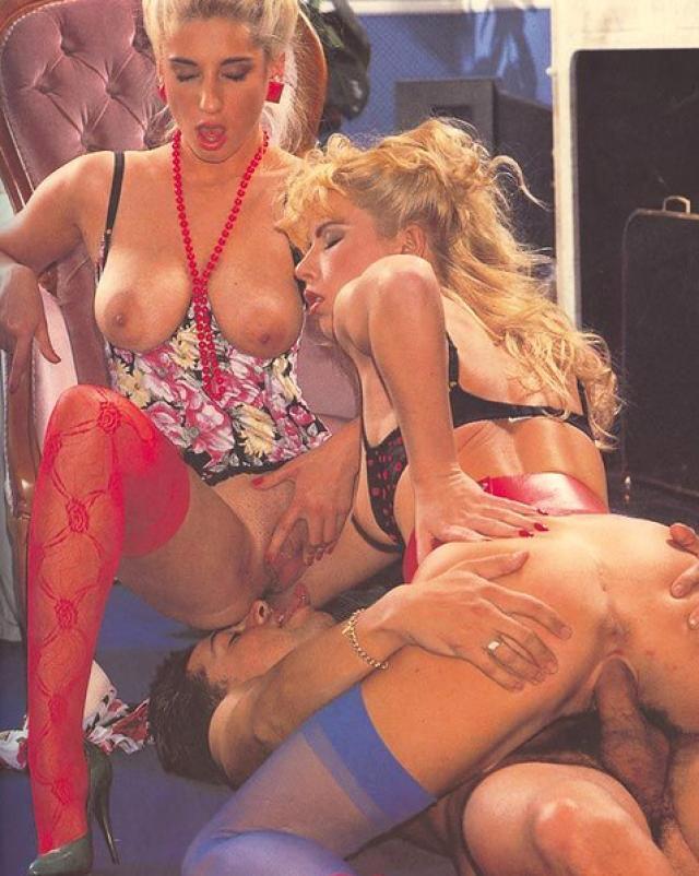 Винтажные шлюхи из бара заехали к крутому перцу на секс втроем