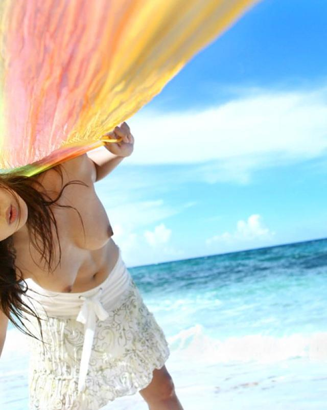 Супер девушка голышом шалит на берегу моря
