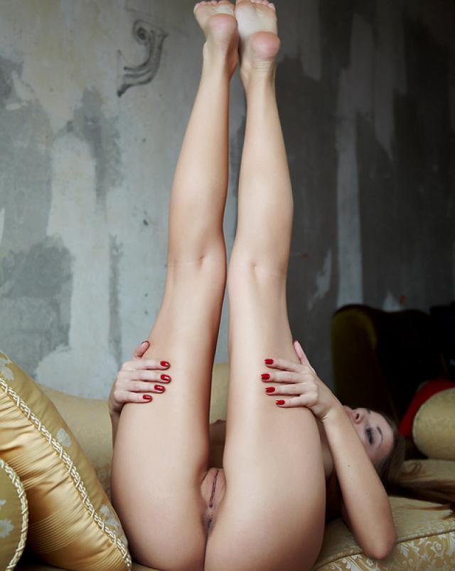 Голубоглазая сучка демонстрирует большую задницу во время ремонта