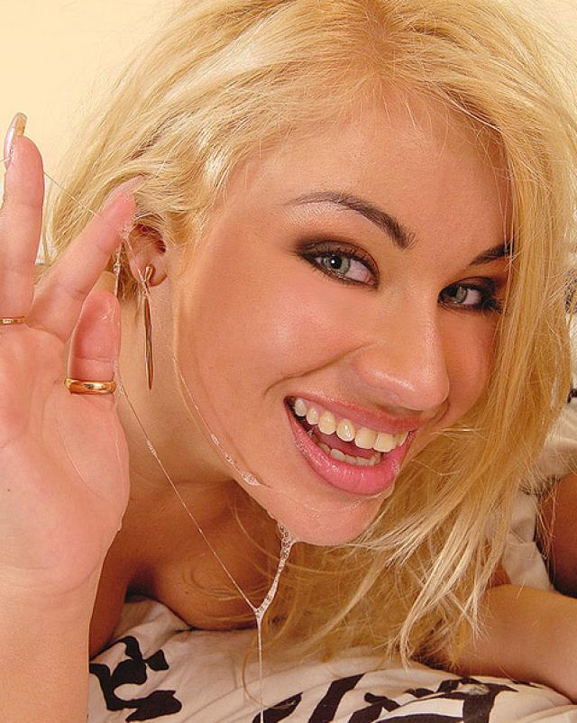 Сексапильная блондинка обожает сперму