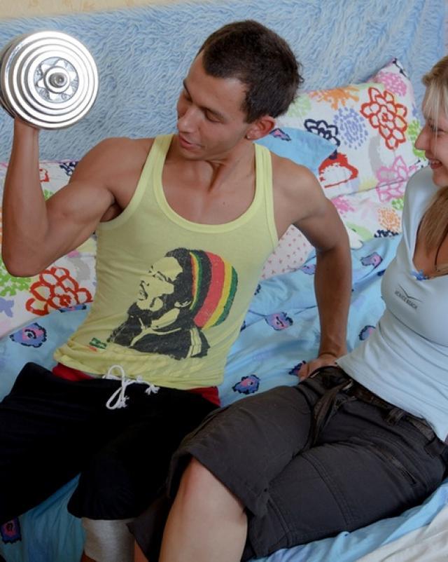 Русская блондинка любит баловаться с членом
