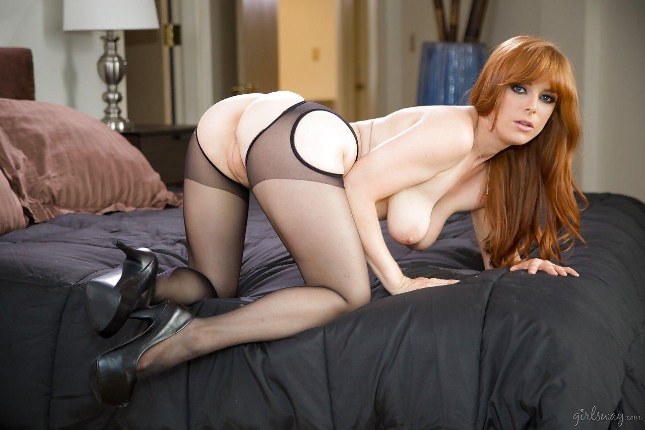 Голая рыжая девушка надела эротическое белье и показала киску