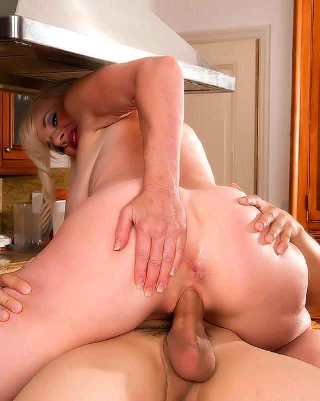 Сексуальная бабушка занимается анальным сексом с соседом