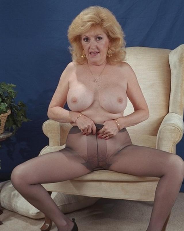 Голая бабуля в эротичных колготках мастурбировала фаллосом