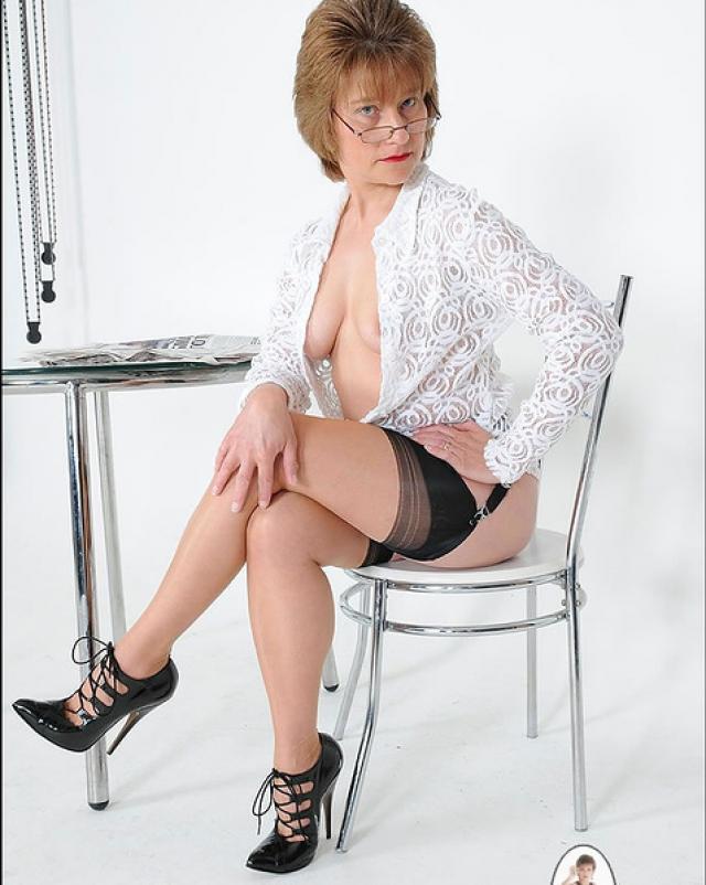 Похотливая бабушка хвастается сиськами и огромной задницей на стуле