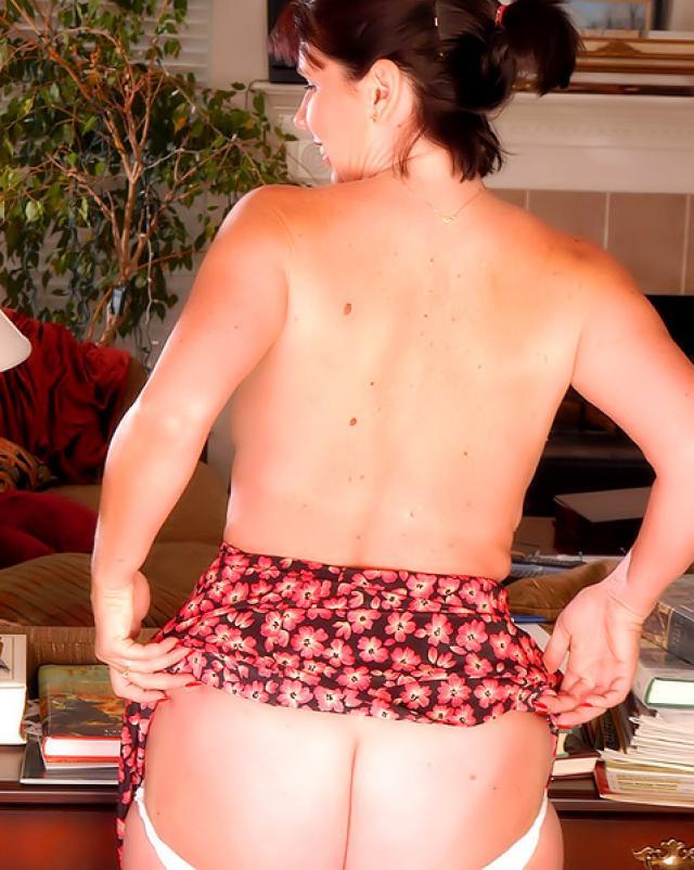 Домохозяйка показала свой первый стриптиз