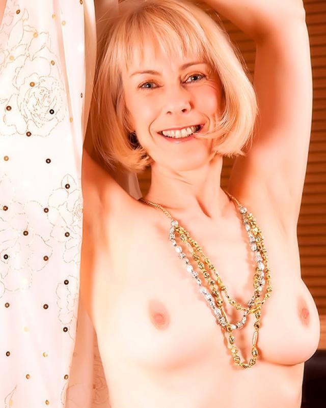 Русская голая бабка обожает мастурбировать свою письку