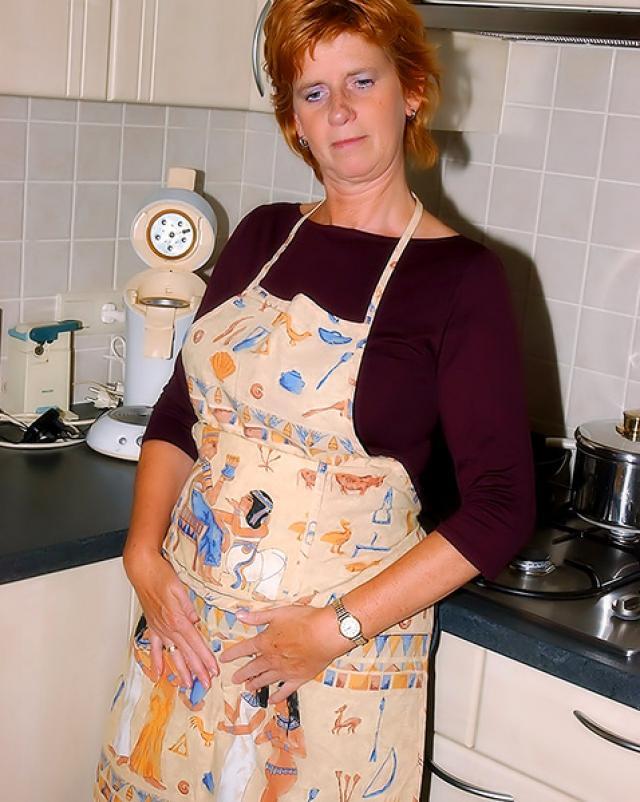 Зрелая женушка в фартуке растягивала свои дырочки на кухне