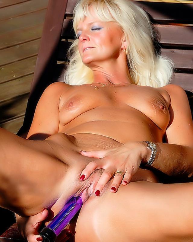 Зрелая блондинка с самотыком