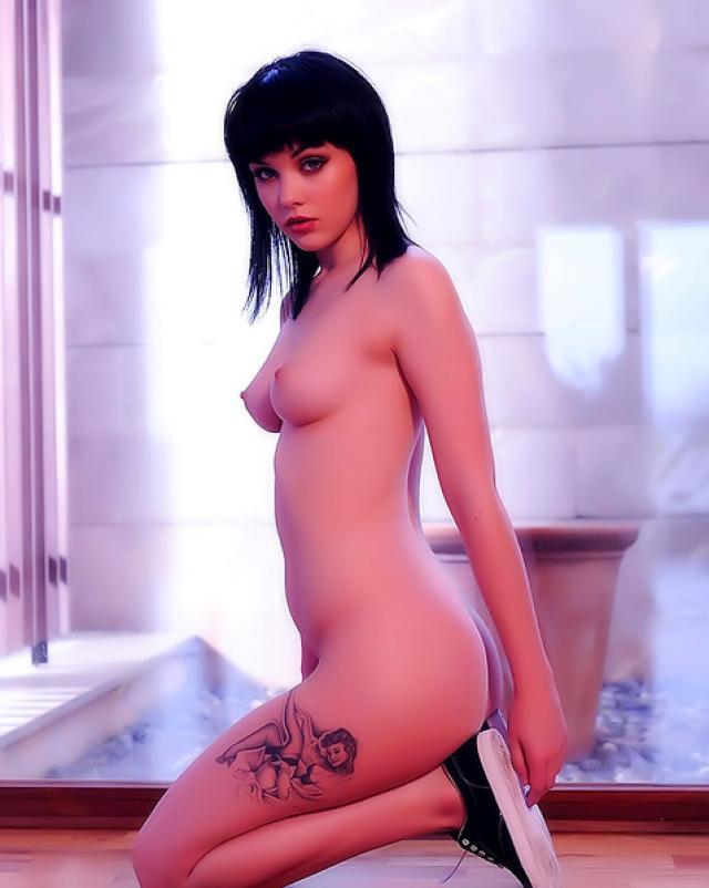 Темненькая девушка с татуировкой обожает показывать свое голое