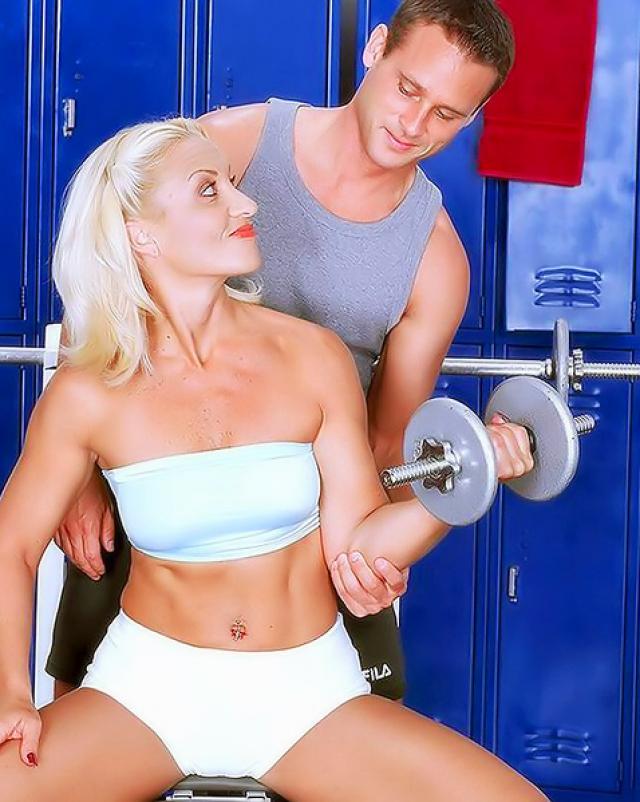 Спортивная женщина сосет молодому тренеру