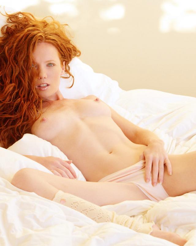 Эротичное утро с 18-летней рыжей девушкой в спальне