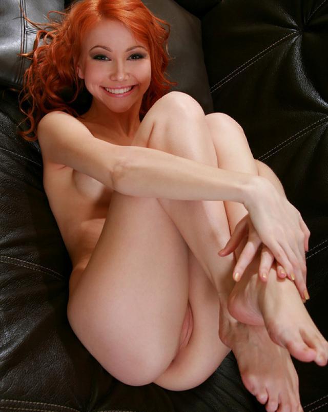 Сексуальная рыжая девушка валяется голенькой на диване