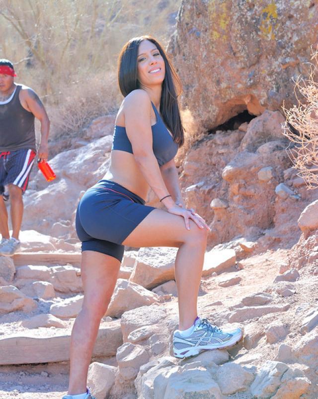 Красивая гимнастка раздвигает анал в горной местности
