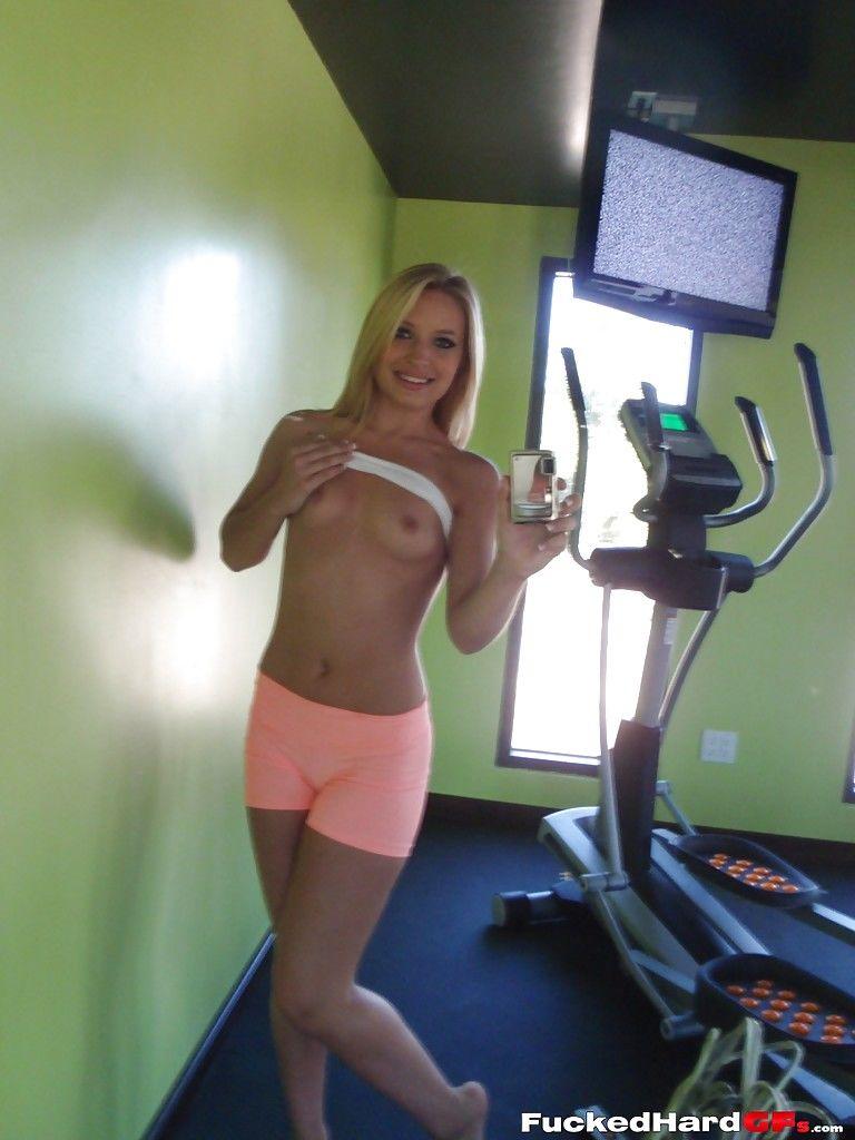 Спортивная блондинка оголила упругие сиси в спортзале для селфи