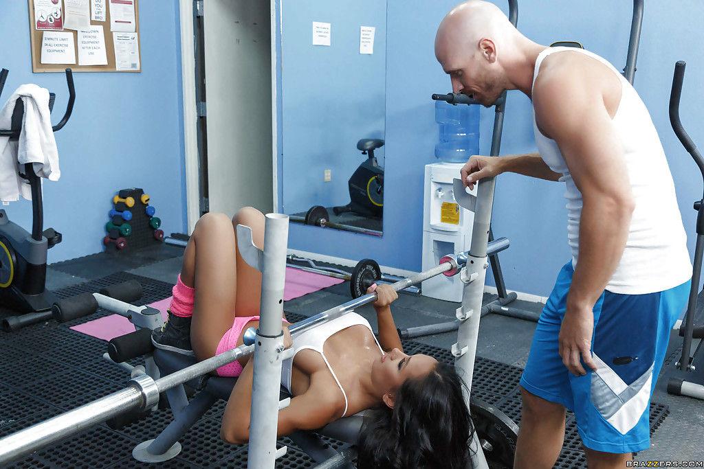 Гимнастка в сексуальном белье сосет парню на тренировке