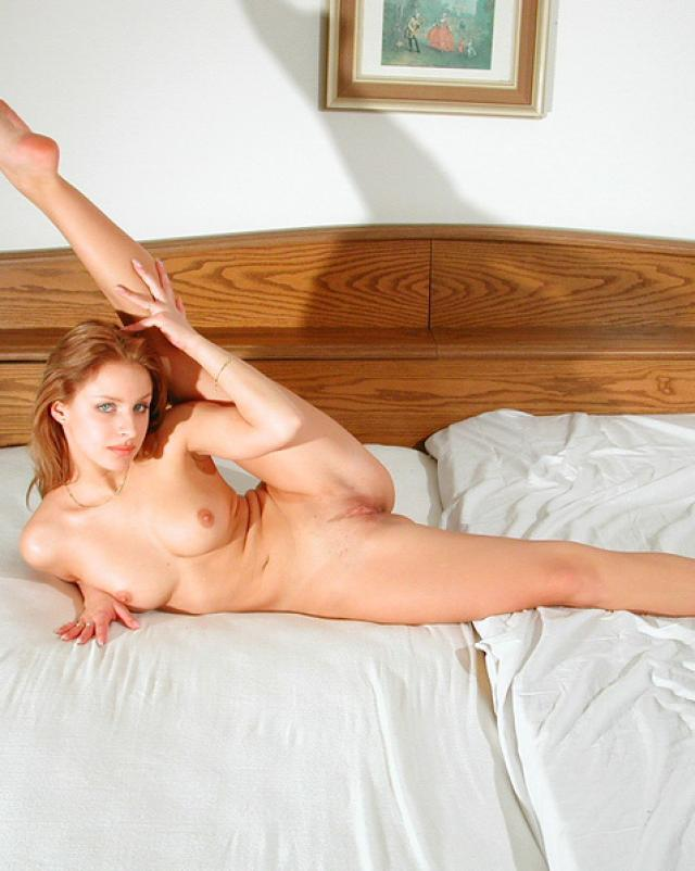 Милая гимнастка отдыхает голенькой в постели