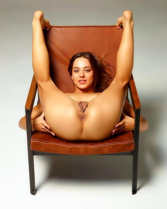 Смазливая гимнастка и ее эротичная пизда на стуле