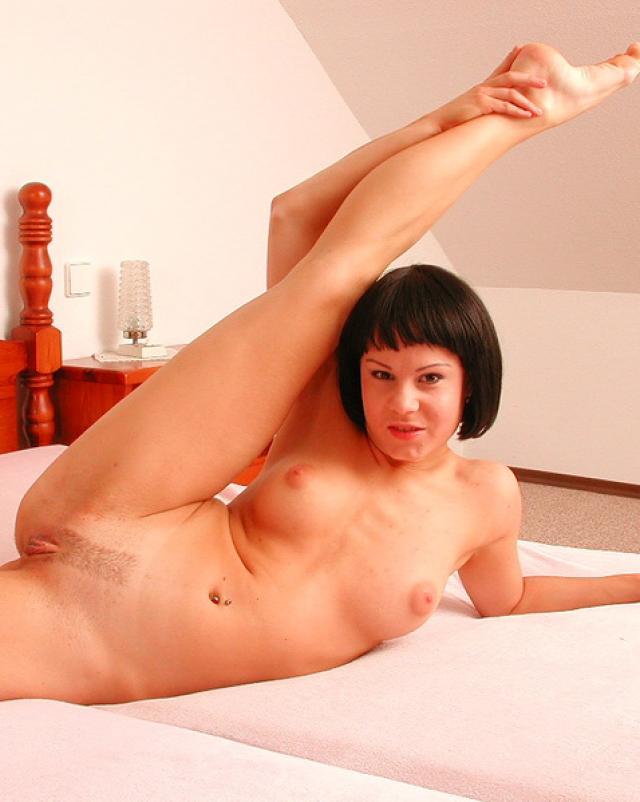 Сексуальная гимнастка хвастается своей растяжкой