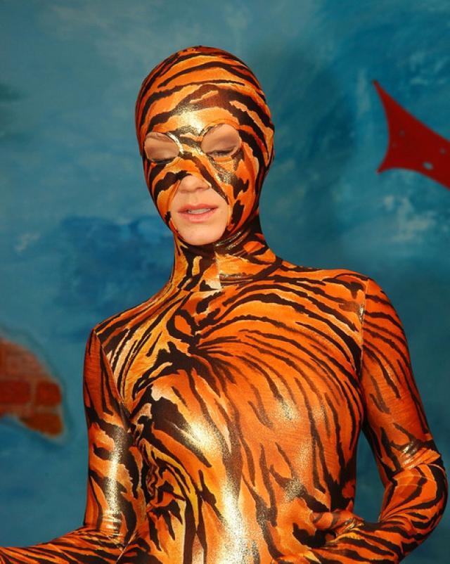Красивая гимнастка снимает с себя тигровый спандекс