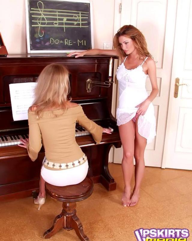 Сучки без трусиков занимаются не только музыкой