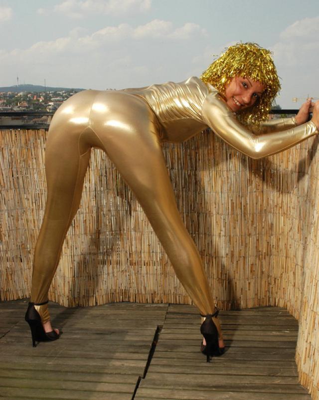 Фото голой гимнастки в золотистом наряде на крыше