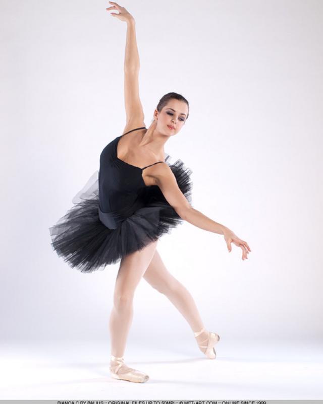 Гибкая балерина и ее большие сиськи во время шоу