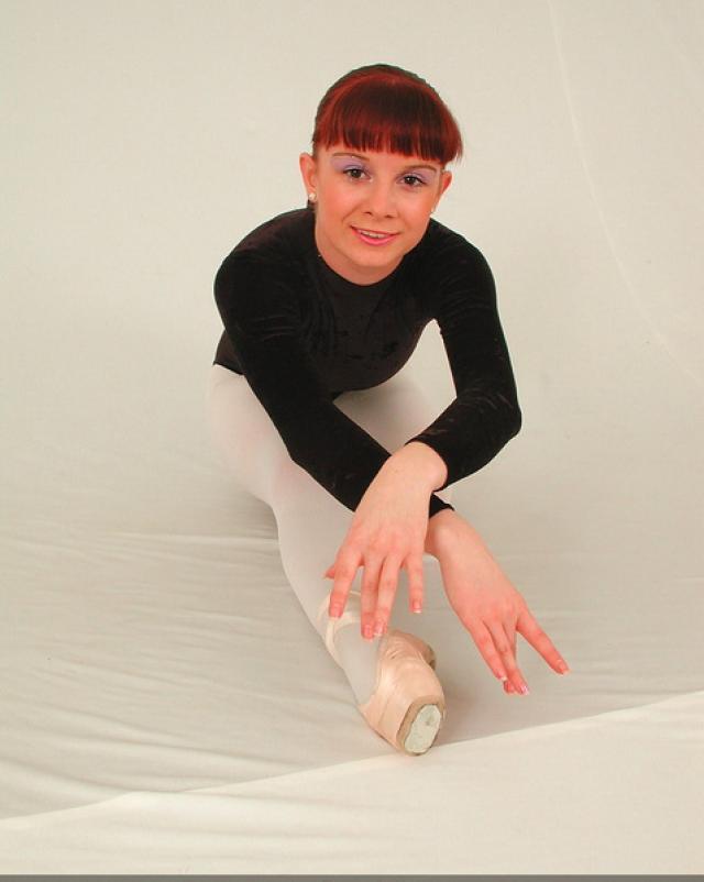 Рыжеволосая гимнастка показала сиськи закончив зарядку