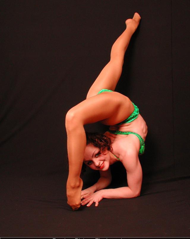 Девушка в крутом бикини показала эротичную гимнастику