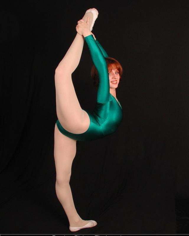 Рыжая гимнастка эротично растягивалась на порно фото