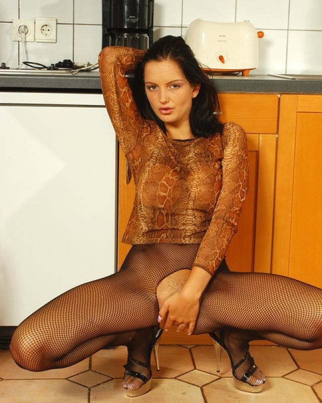 Сексапильная брюнетка подняла высоко стройные ножки