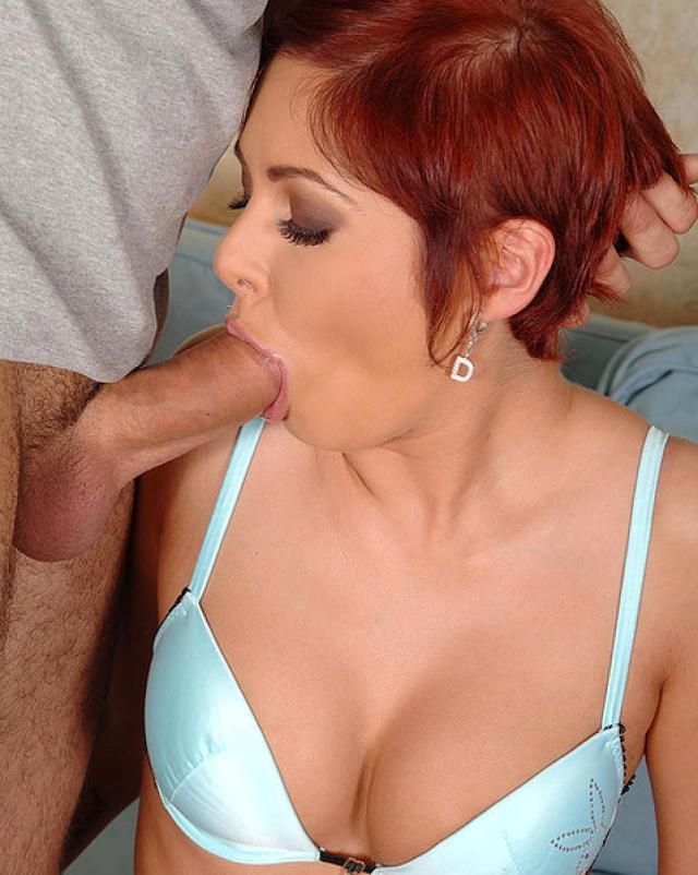Рыжеволосая дама с аппетитом отсасывает член парня