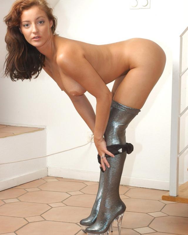 Раскованная девушка с длинными ногами