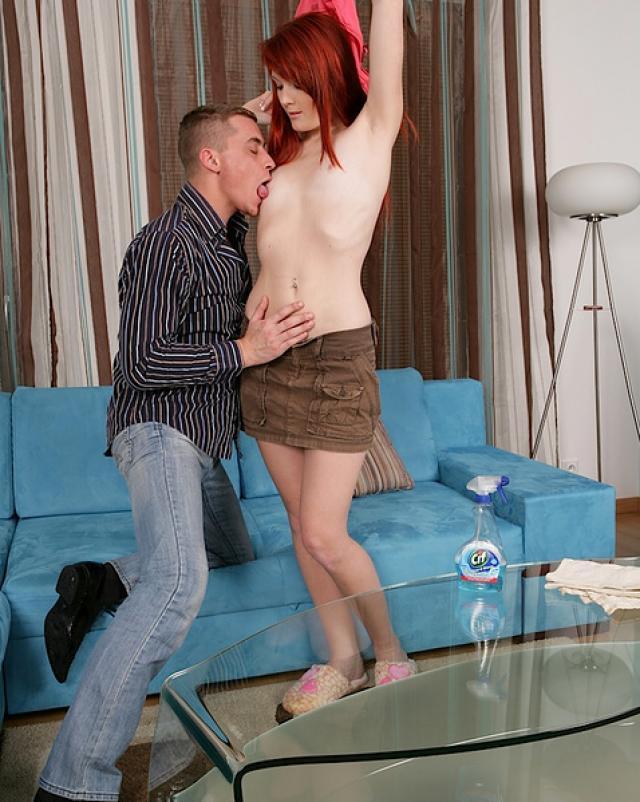 Юная девица с рыжими волосами отсасывает член