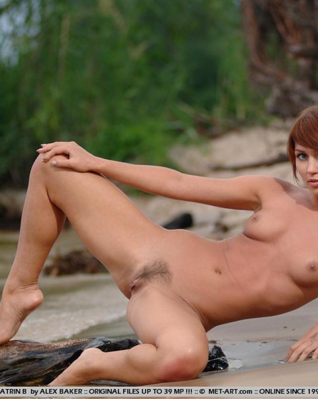 Эротика рыжей сучки с волосатой писькой на речке