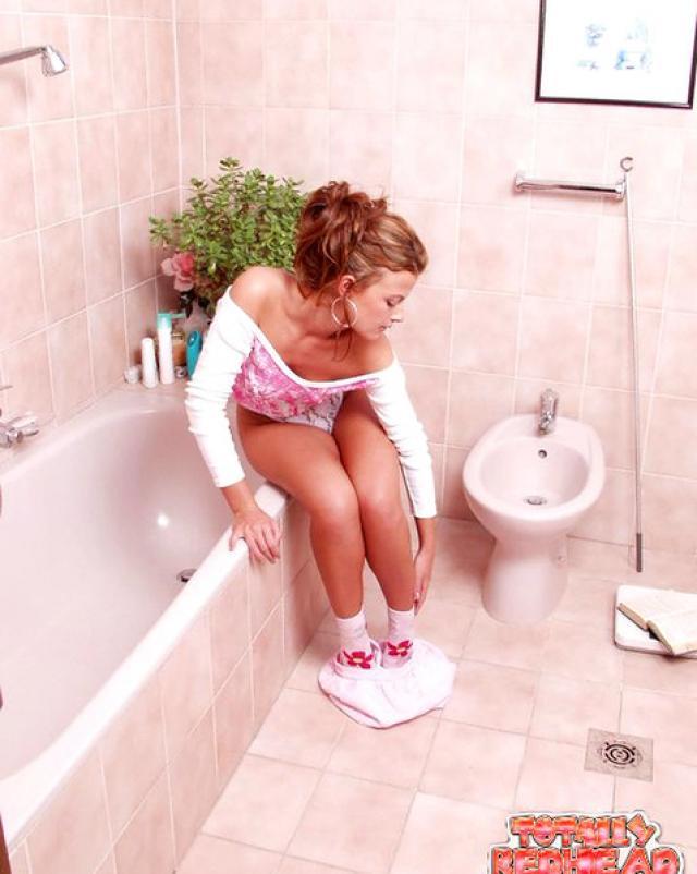 Рыжая нимфетка играла с секс игрушкой в ванной комнате