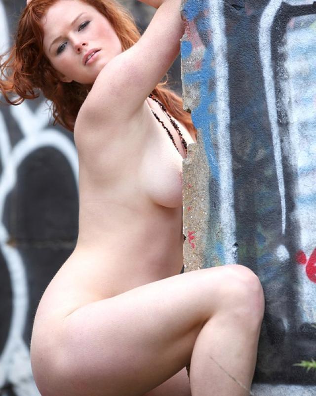 Молоденькая телка с рыжими волосами разделась на улице