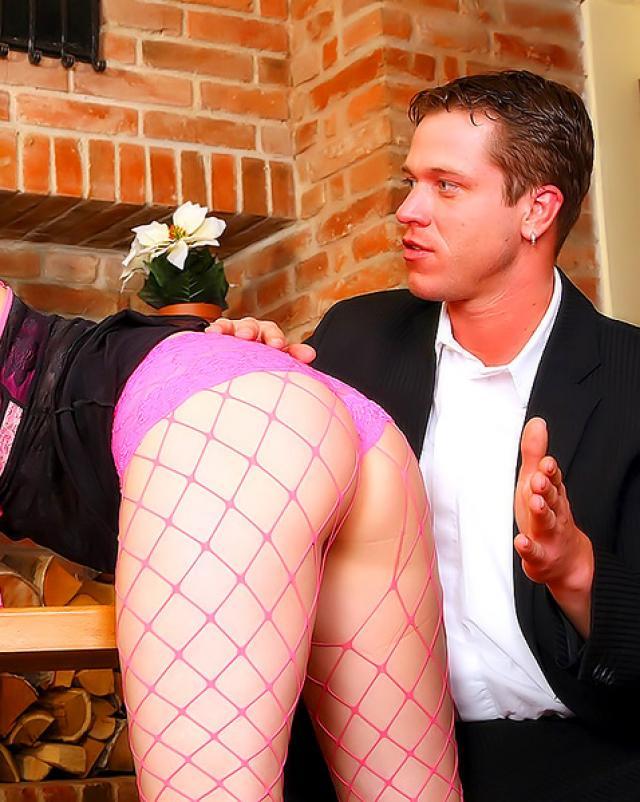 Рыжая проститутка в фетишных чулочках получила порку анальчика