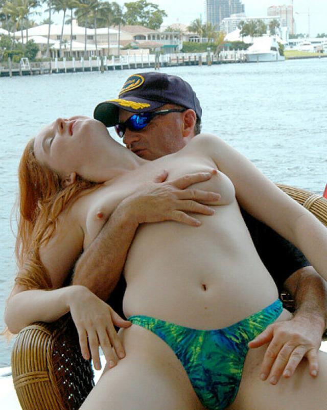 Рыжая девушка устроила бурный секс на яхте