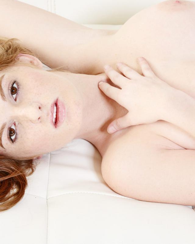 Абсолютно голая девушка с большим клитором