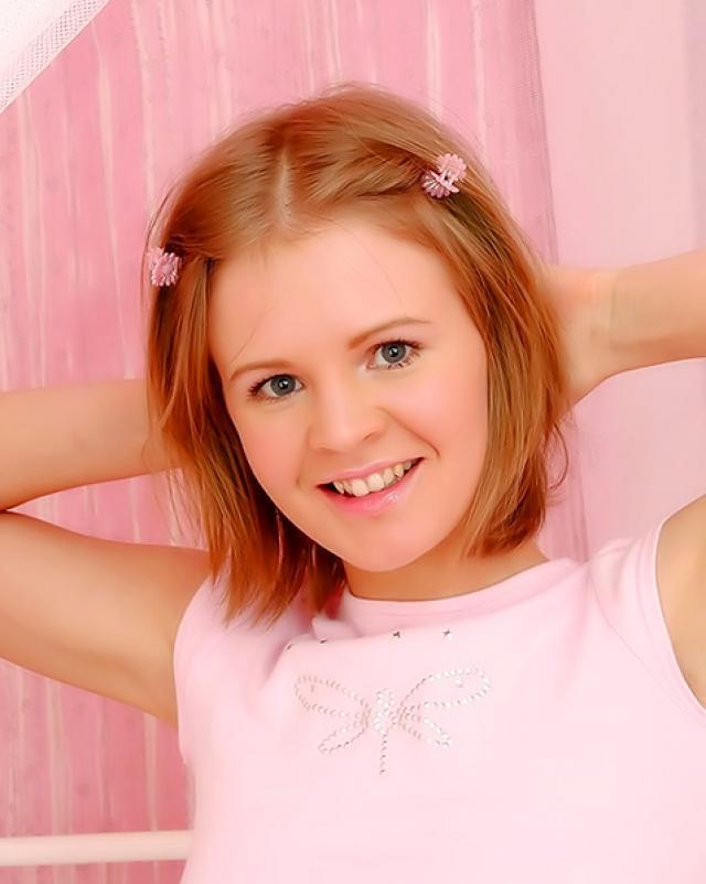 Юная девка с рыжими волосами мастурбировала игрушкой